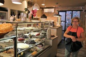 La nova i estilosa pastisseria de la Pepi a Ulldemolins. I la Pepi.