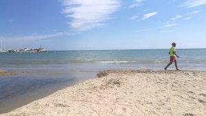 La platja de Ponent de Salou, aquesta tarda, tancada al bany.