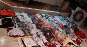 Les 318 peces de roba falsificada intervinguda per la policia del Vendrell.