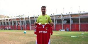Ramiro Guerra posa amb la samarreta grana a les instal·lacions del Nou Estadi