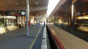 Un dels trens en direcció sud aturats a l'estació de Tarragona.