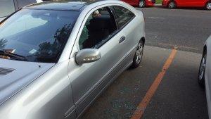 Un dels vehicles amb els vidres trencats, a Enric d'Ossó, el matí d'aquest dijous 30 d'agost