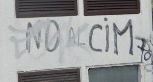 Una pintada contra el CIM, a Banyeres.