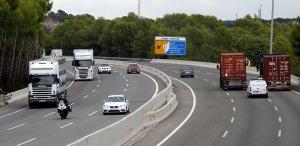 Camions circulant per l'AP-7 a Roda de Berà.