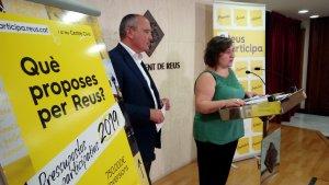 Carles Pellicer, alcalde de Reus, i Montserrat Flores, regidora de Participació, presenten els pressupostos participatius