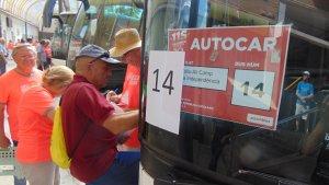 Els assistents a la Diada pujant als autocars que els portaran fins a Barcelona.
