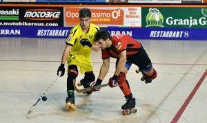 Gerard Miquel (Vendrell) intenta evitar un xut de Cristian Rodríguez (Reus Deportiu)