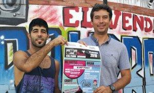 Jandro i Kenneth Martínez, amb el cartell del Cultura Urbana 2018.
