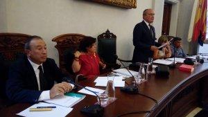 L'alcalde de Reus, d'empeus, al costat dels portaveus del govern municipal