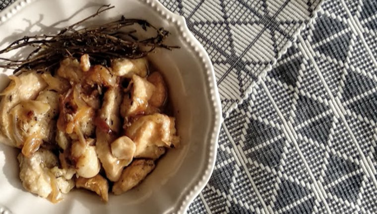 Així de deliciós pinta el plat de pollastre en escabetx i vermut.