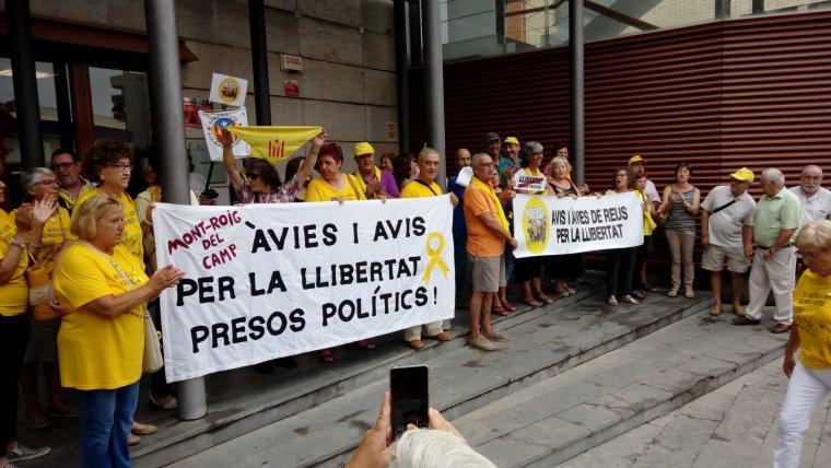 Avis i Àvies per la Llibertat de Mont-roig i de Reus s'han concentrat davant dels Jutjats