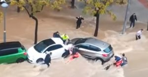 Captura del vídeo del rescat de dues dones atrapades sota un cotxe desfrenat per una la força de l'aigua a Sant Pere i Sant Pau.