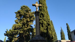 Creu en honor a Sardà i Cailà ubicada sobre la seva tomba