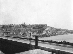 Dic de Llevant amb l'estació i el Penal de la Pedrera al Fons, en una foto de 1915.