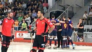 El Barça celebra un dels gols del matx davant les cares de circumstàncies dels jugadors del Vendrell