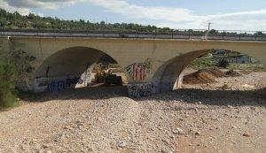 El pas de vehicles per sota la via del tren segueix tallat a prop de la riera de la Bisbal.
