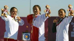 Èlia Canales (esquerre) posa amb la medalla de plata en el podi final