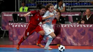 Èlia Gulli conduint la pilota davant una rival tailandesa