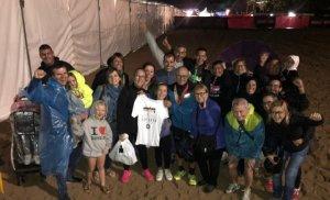 Els familiars, amics i veïns que van acompanyar a Pedro Maldonado durant la seva primera IronMan.