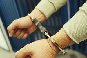 Imatge d'arxiu d'un home detingut.