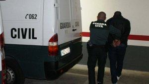 Imagen de archivo de una persona detenida por la Guardia Civil.