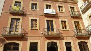 La façana de l'Ajuntament del Catllar, en una imatge recent, amb motius contra l'empresonament i exili dels líders del procés.