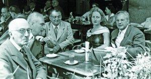 Manuel Humbert, Fenosa, Joan Serra, Constance Mallet i Emili Bosch Roger, en una terrassa d'un cafè de Barcelona, el 1956.