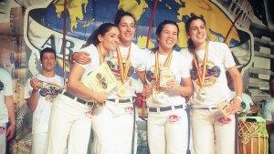 Marina Campos (esquerre) després de guanyar un nou campionat d'Espanya de Capoeira