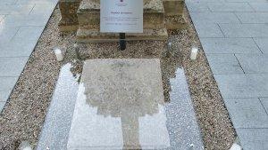 Placa commemorativa de la primera inhumació que es va fer al nou cementiri de Reus