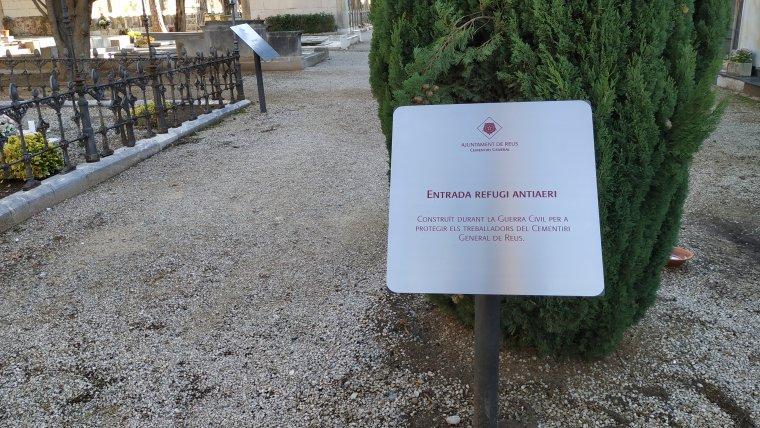 Entrada, soterrada, del refugi antiaeri del Cementiri de Reus