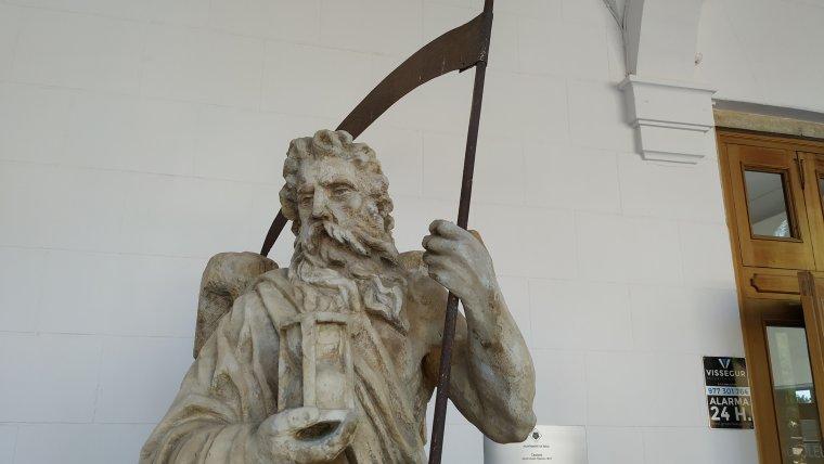 Figura de Cronos situada a l'entrada del Cementiri de Reus