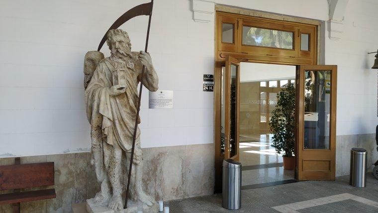 La figura de Cronos guarda l'entrada del Cementiri General de Reus