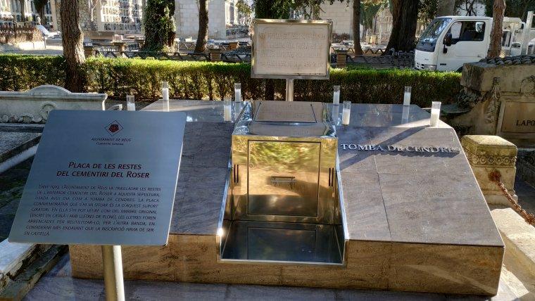La tomba de cendres guarda les restes dels reusenc i reusenques enterrats a l'antic cementiri del Roser