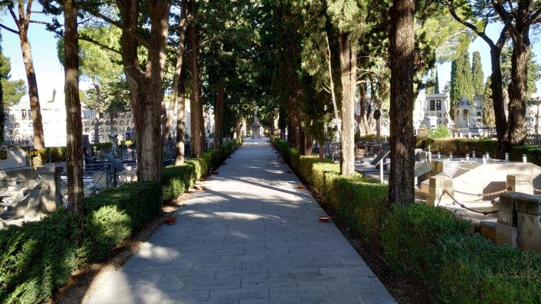 Passadís central del Cementiri de Reus des de l'entrada