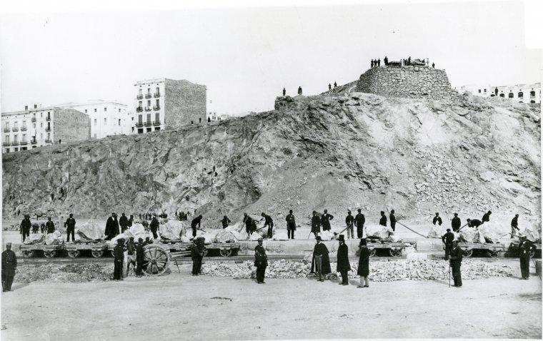 Treballs d'extracció de pedra a la pedrera del carrer Pons d'Icart, per les obres del nou port, ja avançat el segle XIX.