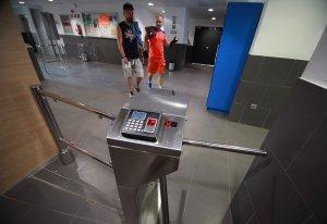 Ara, els usuaris hauran d'accedir pels torns mitjançant un sistema combinat de control biomètric i control físic