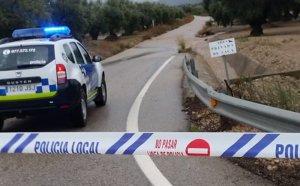Diverses carreteres han estat tallades per rieres desbordades.