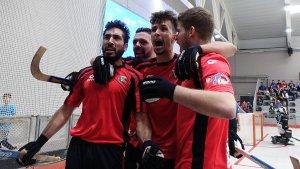 Els jugadors del Vendrell celebren amb l'Orgull Roig-i-negre l'empat de Necchi (2-2)