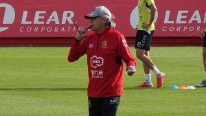Enrique Martín dirigint un entrenament del Nàstic