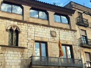 Façana de l'Ajuntament de Montblanc sense les pancartes.