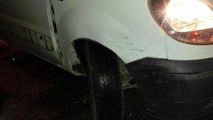 Imatge del cotxe que conduïa el conductor begut i va xocar contra diversos vehicles aparcats.