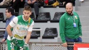 Jordi Esteva segueix amb atenció una jugada del seu equip amb Gerard Pujol davant seu