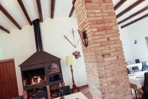 La llar de foc que ara presideix el menjador principal, amb les bigues originàries.
