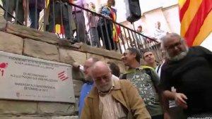 La placa va ser inaugurada per Àngel Colom i Arcadi Oliveres, dos dels promotors de la Marxa.