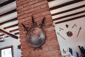 Les armes, escuts i armadures medievals que donen nom al restaurant en decoren les parets.