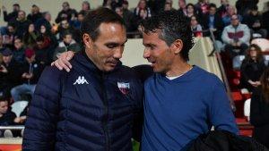 Xavi Bartolo saluda Rodri abans de l'inici del partit