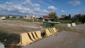 Zona abandonada en mal estat davant del carrer de Cèlia Artiga