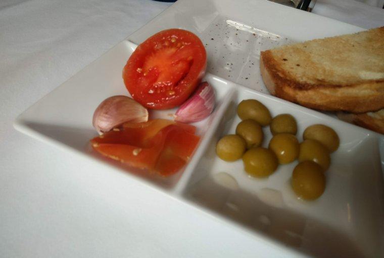 Les restes del pa torrat d'aperitiu, amb oli de la Cooperativa de Montbrió del Camp.