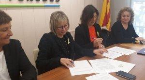 Eva Serramià i Mireia Mata, signant el conveni que posa en marxa el SAI del Baix Penedès.