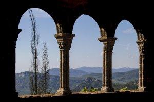 La serra de l'Argentera i tot el Camp de Tarragona s'estenen al peus del castell-monestir d'Escornalbou